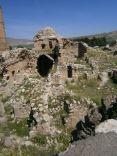 Hasno: ruinas que parecen ser de una iglesia. Foto tomada por el autor.