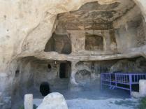 Hasno: vivienda escabada en las rocas, actualmente de una familia kurda. Foto tomad apor el autor.